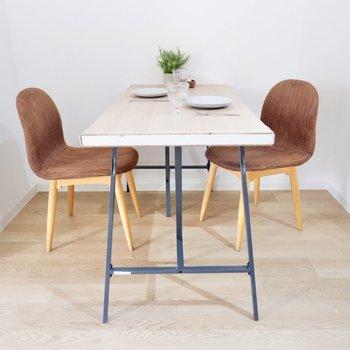 椅子を2つ置いて一緒に食事を。