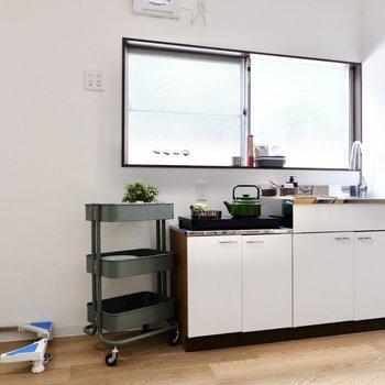 キッチンはシンプルなタイプ。横には洗濯機置き場が。