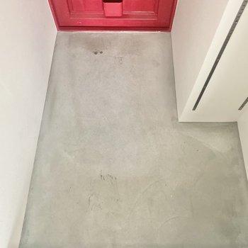 玄関はゆったり。2,3足くらいなら出しておいても大丈夫そうです。