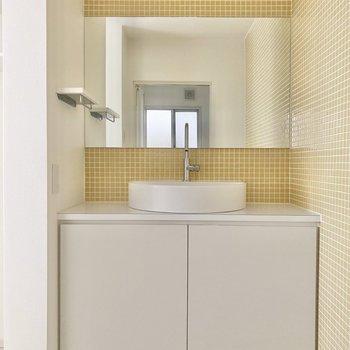 タイル張りが素敵な洗面台。朝の準備も楽しくなっちゃいそうですね。