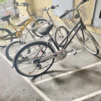 自転車は入口前に。きちっと並べるのがマナーです。