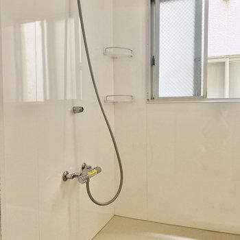 浴室はシャワールーム。お風呂がササッと済ませられますよ。