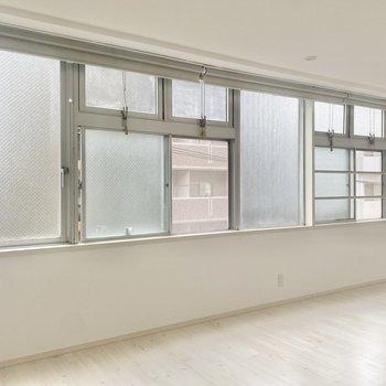 大きな窓。今日はどこの窓を開けようか、なんて考えちゃいます。