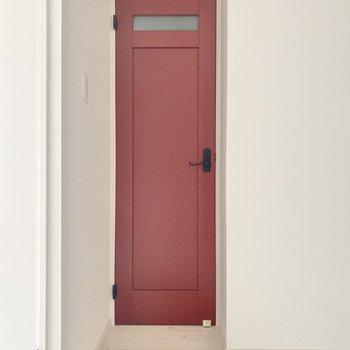 玄関のそばにあるこの可愛い扉。実は・・トイレなんです。