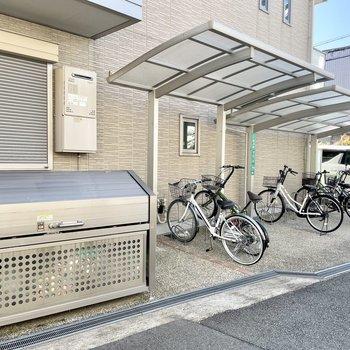 【共用部】ゴミ置き場と駐輪場が並んでいます。