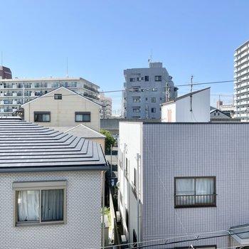 窓の外は住宅街のおうち。屋根が全体的に低めなので圧迫感がないです!
