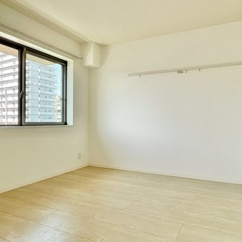 洋室はダブルベッドも置ける広さです。