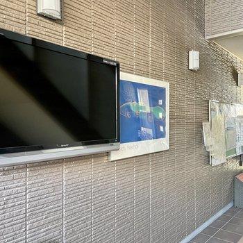 【共用部】壁にはモニターや掲示板などが。