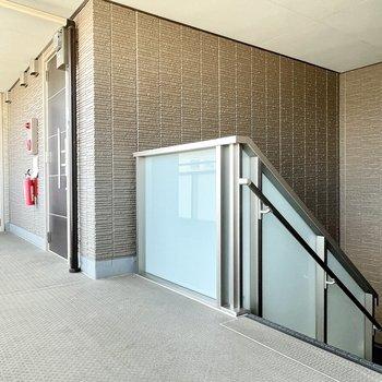 【共用部】階段を上がってきてすぐのお部屋です。