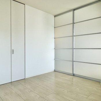 半透明のスライドドアなので閉めても暗くなりません。