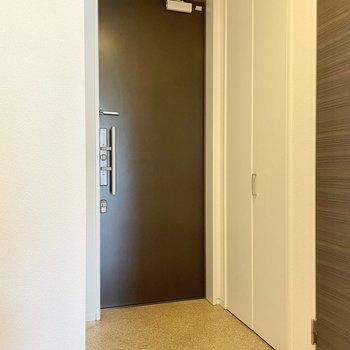 キッチンの後ろのドアを開けて玄関へ。