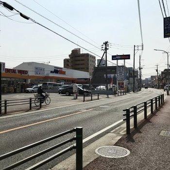 マンションの前は交通量が多い道路。スーパーや飲食店があるんです