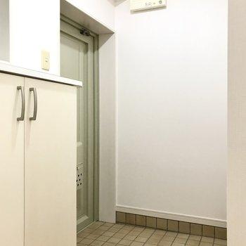玄関は淡いグリーンの扉が可愛い