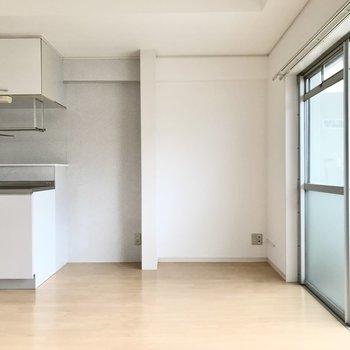 キッチン横に冷蔵庫とテレビ。家具は大きすぎないものにして、余白を作りたい!