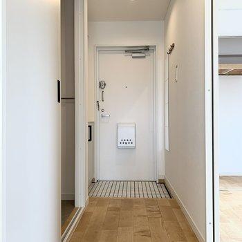 イメージ】玄関扉も白でかわいい!