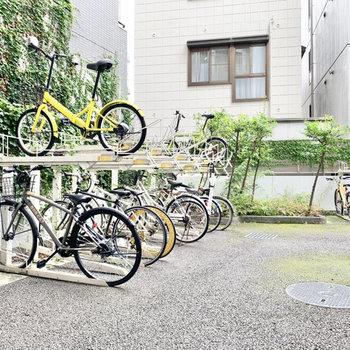 自転車置き場は建物内にありますよ。