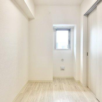 【洋室】隣の洋室は約5帖。小窓があるから仕切りを閉めても外の光を感じられますね。(※写真は15階の同間取り別部屋のものです)