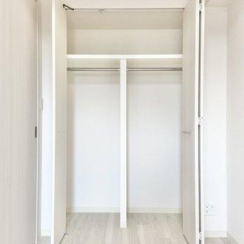 【洋室】クローゼットはこちらに。(※写真は15階の同間取り別部屋のものです)