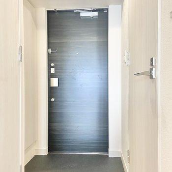 玄関は段差もなく、安全。(※写真は15階の同間取り別部屋のものです)