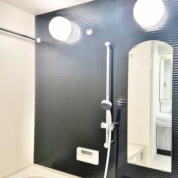 浴室乾燥機付きのシックなバスルーム。アーチ型の鏡がかわいい!(※写真は15階の同間取り別部屋のものです)