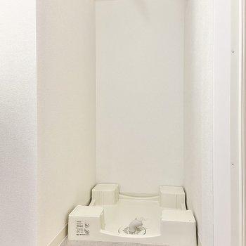 洗濯機置き場は洗面台の横に。(※写真は15階の同間取り別部屋のものです)