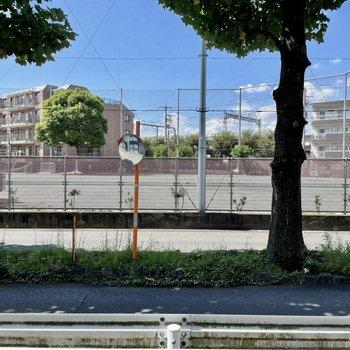 道路を挟んで校庭が見えます。