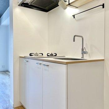 食器やキッチン用品の収納にも役立つ棚付き。