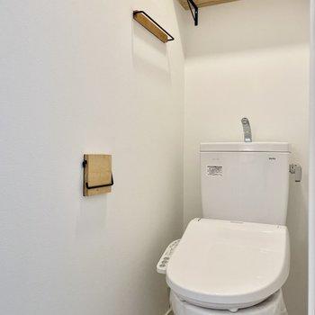 トイレットペーパーは上部の棚に。