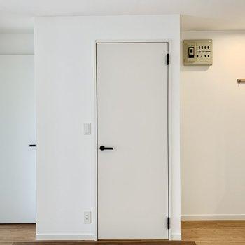 こちらのドアの中はサニタリー。
