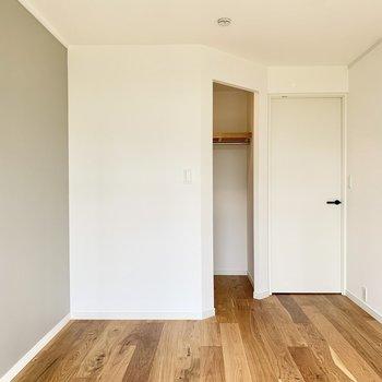 【洋室】ドアの横にオープンクローゼットがあります。