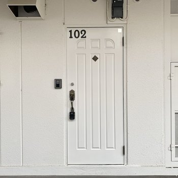 大きくルームナンバーの入った白い玄関扉もかわいいです〜!