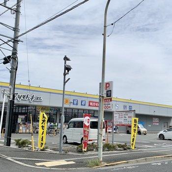 仙川駅からの通り道に大型ドラッグストア。
