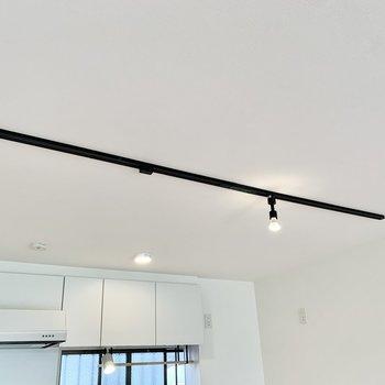 【LDK】天井にはライティングレール。下にダイニングテーブルを置くといいですね。