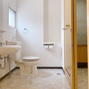 水回りは奥からトイレ、洗面台、洗濯機置場が並んでいます。