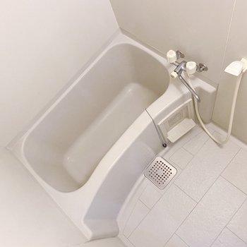 お風呂は1人なら丁度良いサイズ。シャンプーラックがあるとスッキリしますよ。