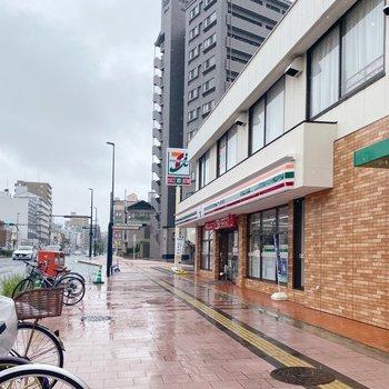 歩いて5分ほどの場所にバス停とコンビニがありますよ。