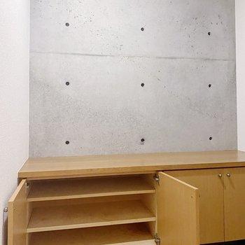 コンクリの壁がスマートな玄関。シューズラックは同じものが2つ並んでいます。