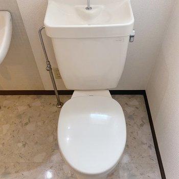 トイレはシンプル。トイレマットがあるとヒヤッとしませんよ。