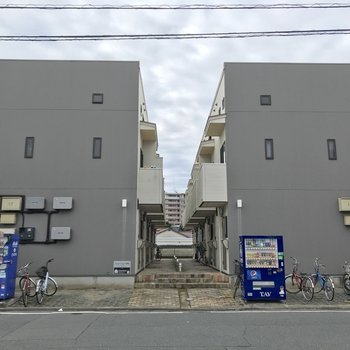 2棟連なった建物。右側の建物です。