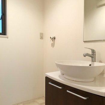 まぁるいボウルが素敵な洗面台。脱衣所にも窓付きです。(※写真は反転間取り別部屋のものです)