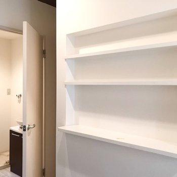 飾り棚が便利だなぁ。裏にサニタリーがあります。(※写真は反転間取り別部屋のものです)