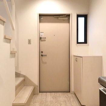 玄関には土間が無いタイプ。お洒落なマットを敷きたい。(※写真は反転間取り別部屋のものです)