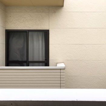 目の前はお隣のバルコニー。カーテンはしっかり付けたいな。(※写真は別部屋の眺望です)