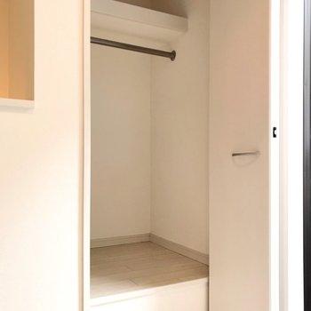 窓の近くにコンパクトな収納。お気に入りのは魅せる収納をして。(※写真は反転間取り別部屋のものです)