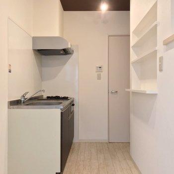 シンクの隣に冷蔵庫を置けますよ。(※写真は反転間取り別部屋のものです)