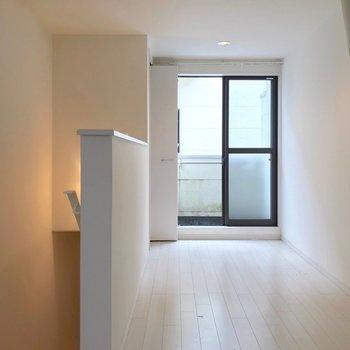 2階は6.8帖。南東向きなので、晴れた日は気持ちいいだろうな。(※写真は反転間取り別部屋のものです)