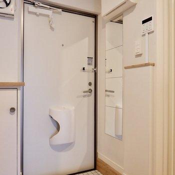 シンプルな玄関と姿見。
