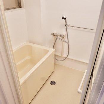 ゆったり清潔感ある浴室です。