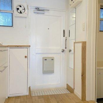 玄関マットがあるといいかもしれません。うれしい姿見ミラー付き。 ※写真は2階の別部屋のものです