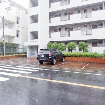 道路沿いに駐車場。